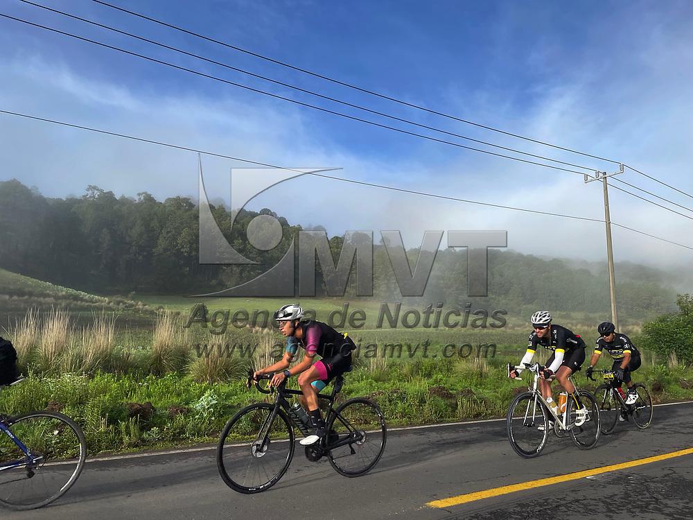 Malinalco, México.- Cientos de ciclistas participaron en la ruta deportiva denominada L´Etape del Tour de Francia, recorrieron 110 y 75 kilómetros. Agencia MVT / Mario Vázquez de la Torre.