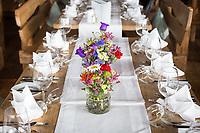 ÖSTERREICH - ELLMAU - Gedeckte Tafel mit Blumenstrauss auf der Brenneralm - 22. Juni 2018 © Raphael Hünerfauth - https://www.huenerfauth.ch