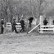 NLD/Ankeveen/19920323 - arrestatieteam in weiland voor zoekactie naar overvallers in de weilanden bij Ankeveen