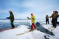 Russie, Siberie, Oblast d'Irkoutsk, lac Baikal, Maloe More ( petite mer), le lac gelé pendant l'hiver, skieur sur le lac // Russia, Siberia, Irkutsk oblast, Baikal lake, Maloe More (little sea), frozen lake during winter, ice sking