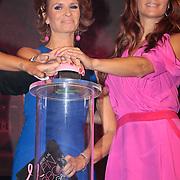 NLD/Amsterdam/20110929 - Inloop Estee Lauder Pink Ribbon Award Gala 2011 in de Beurs van Berlage, Inauguratie van de Beurs van Berlage door Leontien Borsato en Quinty Trustfull