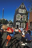 Holanda. Amsterdam.<br /> Niña jugando en la barandilla de una terraza junto a uno de los canales de la ciudad.<br /> <br /> © JOAN COSTA