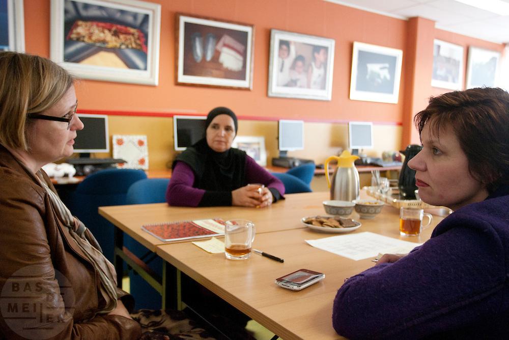 Ruth Peetoom praat tijdens haar campagne als kandidaat-voorzitter van het CDA met Fatima Sabbah (midden), oprichter en voorzitter van de Amsterdamse culturele organisatie Nisa for Nisa (vrouwen voor vrouwen) en Renée de Zwart. Peetoom informeert bij Sabbah over de problemen die de organisatie heeft bij het bereiken van de doelstellingen; het uit het isolement halen van islamitische vrouwen, voornamelijk Marokkaanse vrouwen.