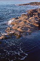 Varmt lys fra solnedgangen skinner inn over fjøra på Vigra.<br /> Foto: Svein Ove Ekornesvåg