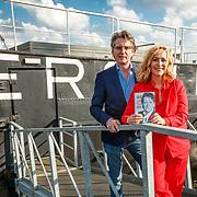 NLD/Amsterdam/20180425 - Boekpresentatie Erik de Zwart - 40 jaar Topjaren, Erik met zijn boek uitgereikt door Angela Groothuizen
