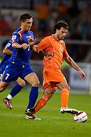 Fotball<br /> Nederland<br /> Foto: ProShots/Digitalsport<br /> NORWAY ONLY<br /> <br /> Nederland - Andorra , 07-09-2005 , wk kwalificatie , 4-0 , antoni sivera in duel met ruud van nistelrooy