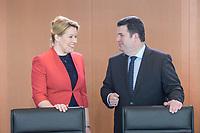 04 MAR 2020, BERLIN/GERMANY:<br /> Franziska Giffey (L), SPD, Bundesfamilienministerin, und Hubertus Heil (R), SPD, Bundesarbeitsminister, im Gespraech, vor Beginn der Kabinettsitzung, Bundeskanzleramt<br /> IMAGE: 20200304-01-007<br /> KEYWORDS: Kabinett, Sitzung, Gespräch