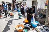 Avril 2018. Sénégal. Yarakh. Village de pêcheurs en banlieue de Dakar où des migrants partaient en pirogue pour les Canaries au milieu des années 2000. Chez Tidiane Ndiaye avec sa famille.