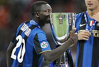 Fotball<br /> Italia<br /> 24.08.2008<br /> Supercup<br /> Inter v Roma<br /> Foto: Inside/Digitalsport<br /> NORWAY ONLY<br /> <br /> muntari bacia coppa