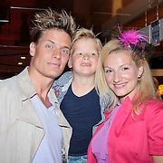 NLD/Den Haag/20110731 - Premiere musical Alice in Wonderland met K3, Winston Post met partner Denise van Rijswijk en zoon Jayden