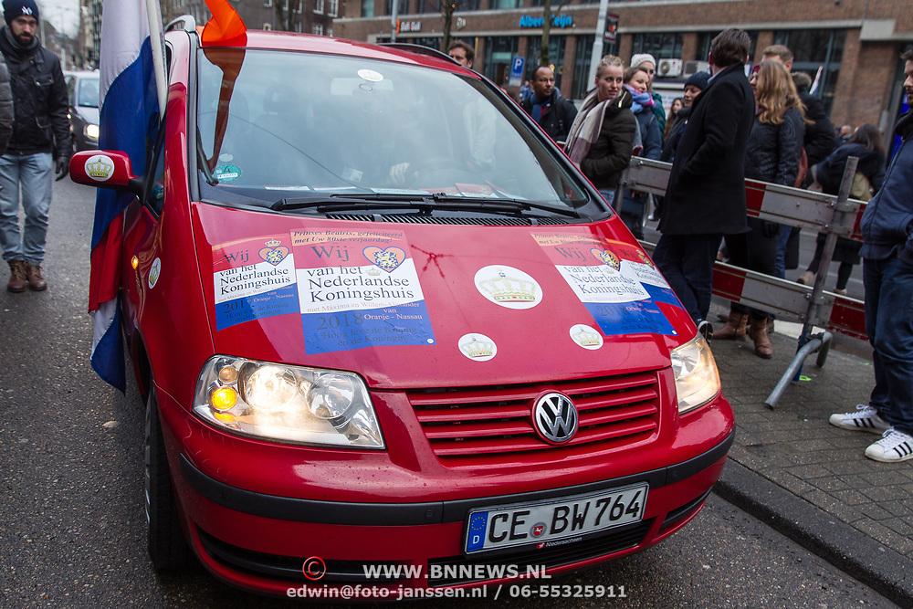 """NLD/Amsterdam/20180203 - 80ste Verjaardag Pr. Beatrix, Rode Volkwagen bestickert met """" Wij Houden van Het Koningshuis"""""""
