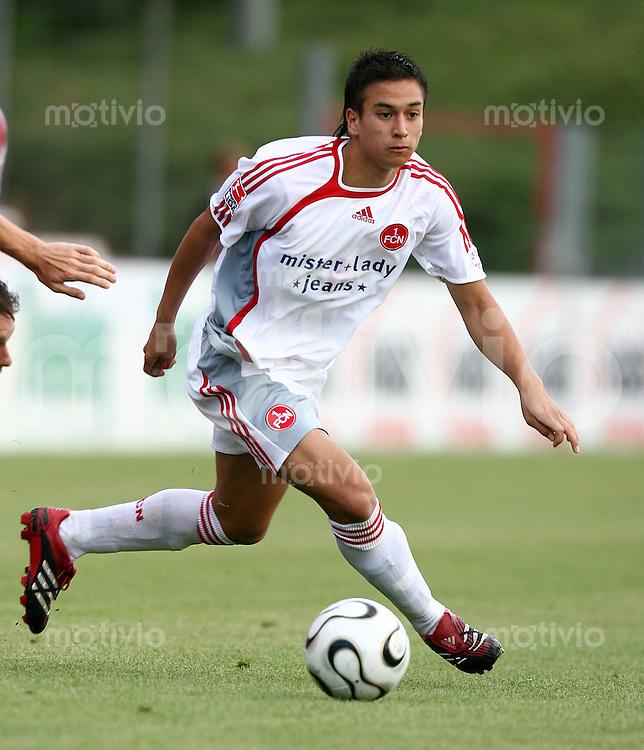 Fussball Testspiel   Spvgg Unterhaching - 1.FC Nuernberg Chhunly Pagenburg (1. FC N) am Ball