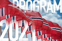 Program for 17. mai 2021. Stram typografi sammenfiltret med fotografi av en rekke norske flagg.
