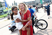 Burgemeester Femke Halsema en prinses Mabel nemen deel aan de fakkeltocht Positive Flame door de binnenstad om aandacht te vragen voor mensen met hiv. De fakkeldragers zijn mannen en vrouwen die leven met hiv in Nederland. De fakkeltocht vond plaats in de week van de internationale aidsconferentie AIDS2018. <br /> <br /> Mayor Femke Halsema and Princess Mabel are taking part in the torch relay Positive Flame through the city center to draw attention to people with HIV. The torchbearers are men and women who live with HIV in the Netherlands. The torch relay took place during the week of the international AIDS conference AIDS2018.<br /> <br /> Op de foto:  Prinses Mabel /  Princess Mabel