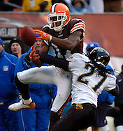 MORNING JOURNAL/DAVID RICHARD<br /> Braylon Edwards loses control of a pass while being defended by Rashean Mathis yesterday in the fourth quarter. Edwards was injured on the play.