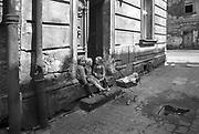 Dziewczynki bawiące się na ulicy Kupa na Krakowskim Kazimierz. Połowa lat 70. XX wieku