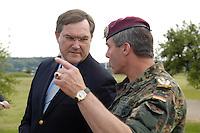 07 JUN 2006, MERZIG/GERMANY:<br /> Franz Josef Jung (L), CDU, Bundesverteidigungsminister, und Oberst Volker Bescht (R), Kommandeur Luftlandebrigade 26, im Gespraech, waehrend einem Truppenbesuch beim Luftlandeunterstuetzungsbataillon 262 - das Bataillon gehoert zur Luftlandebrigade 26, die am Einsatz der Bundeswehr im Rahmen der EU Mission EUFOR RD Congo teilnehmen wird -  Truppenuebungsplatz<br /> IMAGE: 20060607-01-004<br /> KEYWORDS: Gespräch