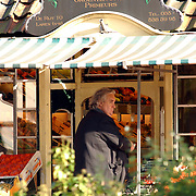 NLD/Laren/20051020 - Han Peekel zoekt groente en fruit uit bij de groenteman in Laren