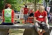 Nederland, Nijmegen, 22-8-2012Eerstejaars studenten aan de hogeschool Arnhem Nijmegen, HAN, hebben een introductieweek. Onderdeel hiervan is de introductiemarkt. Hier staan o.a. studentenverenigingen, uitzendbureaus, politieke partijen en banken. En joingen die campagne voert voor de sp zit op een bank met een meisje dat van groen links is.Veel scholieren kiezen voor een voortgezette studie aan universiteit of hogeschool vanwege de onzekere arbeidsmarkt.Foto: Flip Franssen/Hollandse Hoogte