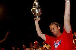 02-06-2003 NED: Huldiging bekerwinnaar FC Utrecht, Utrecht<br /> De spelers en de technische staf kregen een rondrit door de stad in een open Engelse dubbeldekker. Om 20.30 uur keert de stoet terug in Galgenwaard en zal in het stadion de officiële huldiging plaatsvinden / John van Loen