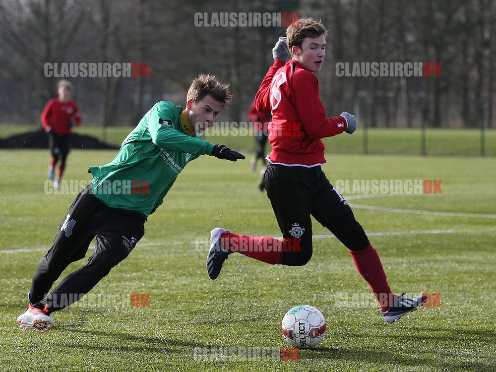Nicklas Skou (FC Helsingør) runder Oscar Pedersen (Avarta).