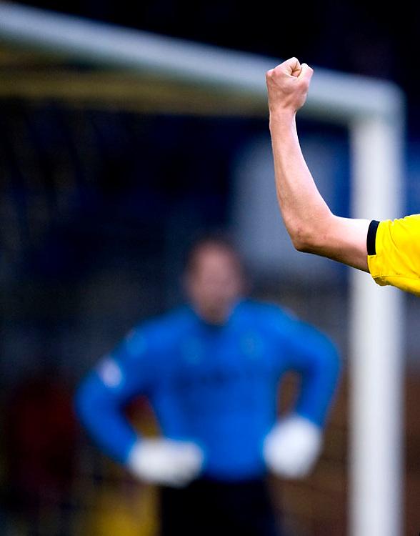 Nederland, Breda, 16-05-2009.<br /> Voetbal, Na-competitie Eredivisie Plaats Europleague.<br /> NAC - Feyenoord : 3-2.<br /> De gebalde vuist, richting de NAC-aanhang, van Donny Gorter die het 2e doelpunt uit een strafschop heeft gescoord. Op de achtergrond een balende Feyenoord-doelman Henk Timmer.<br /> Foto: Klaas Jan van der Weij.