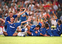Fotball<br /> Norske spillere i England<br /> Foto: Colorsport/Digitalsport<br /> NORWAY ONLY<br /> <br /> CHELSEA PLAYERS (LEFT TO RIGHT, FRANK LE BOEUF, ERLAND JOHNSEN, JODY MORRIS, DI MATTEO, DENNIS WISE AND DAN PETRESCU CELEBRATE THE GOAL SCORED BY ROBERTO DI MATTEO. CHELSEA 1 MIDDLESBROUGH 0, FA PREMIERSHIP, 21/8/1996