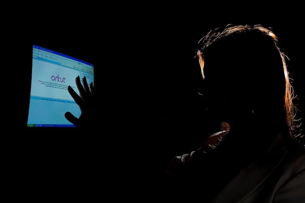 Belo Horizonte_MG, Brasil...Silhueta de uma mulher que teve a pagina do Orkut clonada...Silhouette of a woman who had the Orkut page cloned...Foto: LEO DRUMOND / NITRO