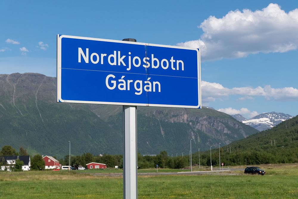 Stednavnskilt ved grensen til Nordkjosbotn (Troms fylke) med både norsk og samisk navn.