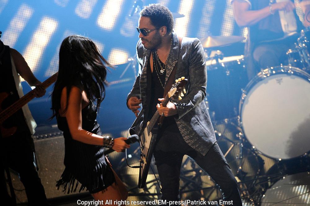 Lenny Kravitz treedt op met Jomy Boky en Laura Estévez (R) tijdens de eerste liveshow van The Voice of Holland in Hilversum