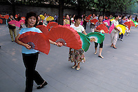 China. Beijing. Gymnastic exercice at Beihai park. // Chine. Pekin. Exercice de gymnastique dans le park Beihai.