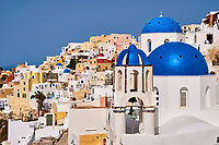 Grece, les Cyclades, Iles Egéennes, Ile de Santorin (Thira), village de Oia (Ia), eglise aux dômes bleues // Greece, Cyclades, Santorini island, oia (Ia) village, church with blue dome