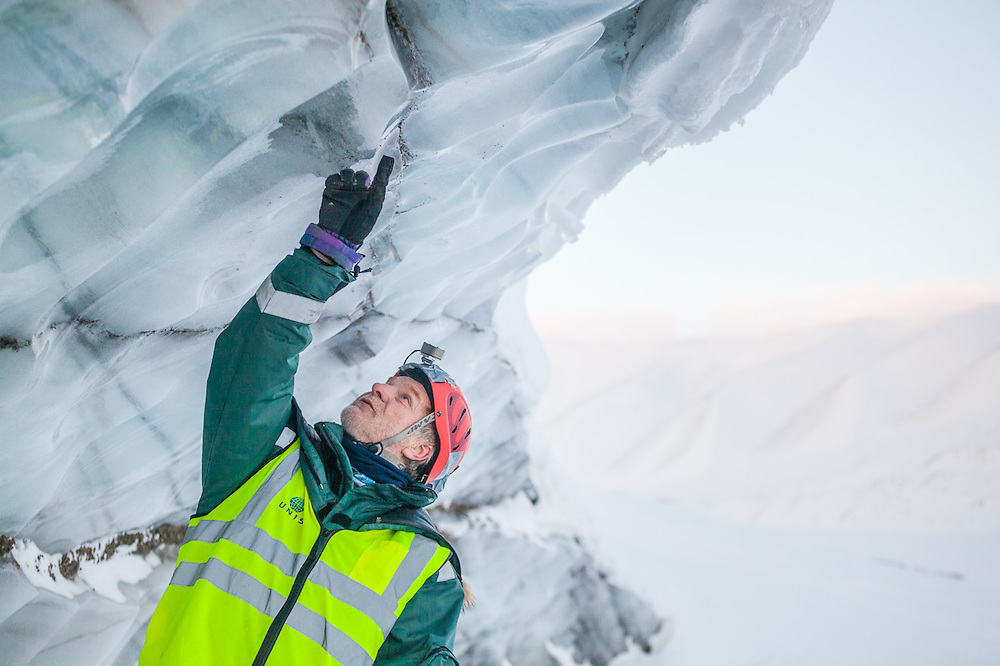 UNIS professor Doug Benn points out sediment-filled cracks in the exposed glacier ice on Tellbreen, Svalbard.