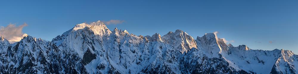 Der Piz Cacciabella, der Pizzo Cengalo und der Pizzo Badile in den Bergeller Alpen bei Sonnenuntergang nach einem heftigen Schneefall, Bergell, Graubünden, Schweiz<br /> <br /> The Piz Cacciabella, the Pizzo Cengalo and the Pizzo Badile in the Bregaglia Alps at sunset <br /> after a heavy snowfall, Val Bregaglia, Grisons, Switzerland