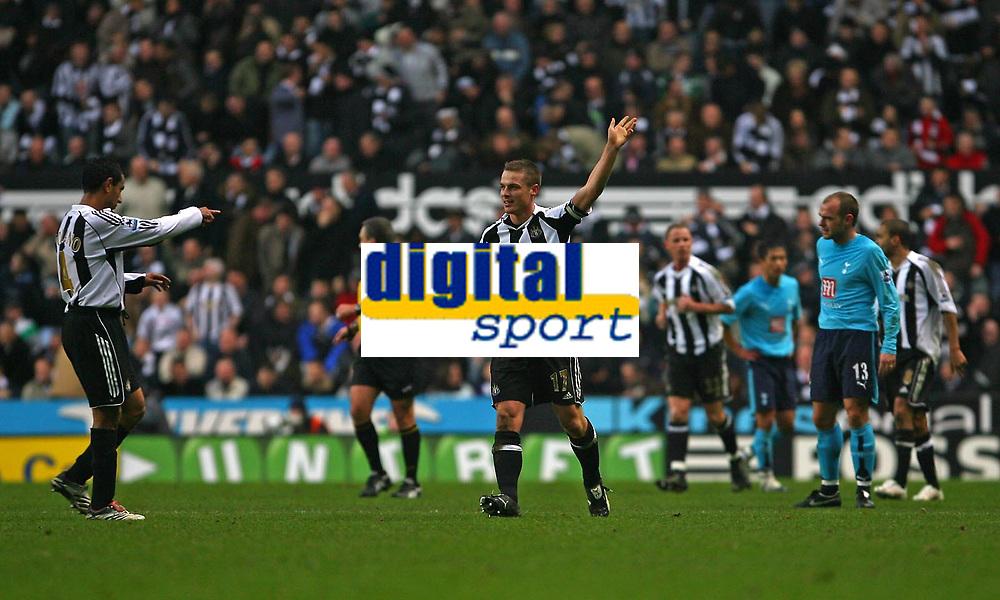 Photo: Andrew Unwin.<br />Newcastle United v Tottenham Hotspur. The Barclays Premiership. 23/12/2006.<br />Newcastle's Nolberto Solano (L) hails his team's goalscorer, Scott Parker (C).