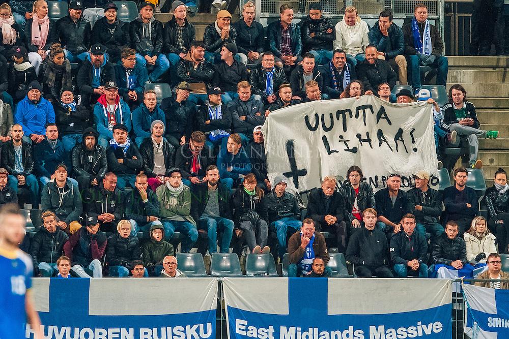 Muutamien Suomen kannattajien viesti Palloliitolle. MM2018-karsintaottelu Suomi - Kosovo. Veritas stadion, Turku, Suomi. 5.9.2016.