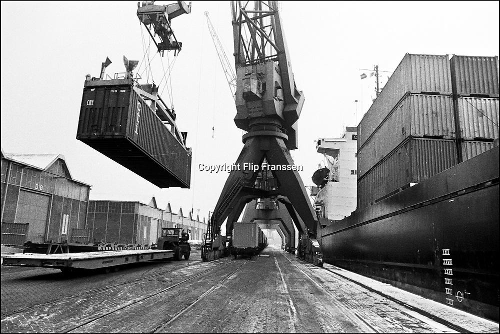 Nederland, Rotterdam, 15-12-1985<br /> Havenbedrijf Muller Thomsen . Dit zal in 1990 opgaan in het nieuwe containerbedrijf op de maasvlakte, ECT .<br /> Foto: Flip Franssen