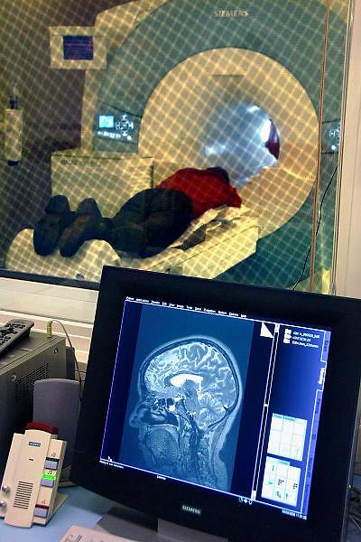 Nederland, Nijmegen, 30-3-2006..MRIscanner, MRI scanner. MRI-scanner op de vernieuwde afdeling radiologie van het UMC Radboud. Deze van Siemens is zeer modern en krachtig, 3 Tesla. Diagnostiek, medische techniek, apparatuur, magneet, magnetisme, hoofd, brein, hersenen..Foto: Flip Franssen