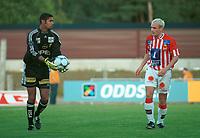 Keeper Emille Baron, Lillestrøm. Tryggvi Gudmundsson, Tromsø. Lillestrøm - Tromsø 6-0. Tippeligaen 2000. 13. august 2000. (Foto: Peter Tubaas/Fortuna Media)