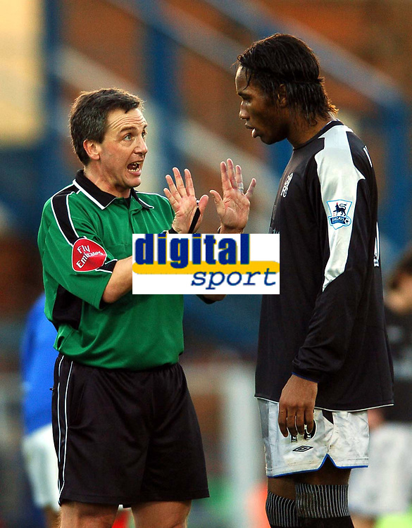 Fotball<br /> Premier League 2004/05<br /> Portsmouth v Chelsea<br /> 28. desember 2004<br /> Foto: Digitalsport<br /> NORWAY ONLY<br /> Ref Alan Wiley explains that the wall was far back enough despite Didier Drogba's protestations after his free kick sailed over