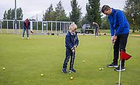 UTRECHT - GolfStart , een programma van de NGF, voor beginnende golfers , bij Golf Club Amelisweerd., olv PGA professional David Mathieu. Vader zoon,  COPYRIGHT KOEN SUYK