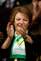 Fotball<br /> England 2004/2005<br /> Foto: SBI/Digitalsport<br /> NORWAY ONLY<br /> <br /> Liverpool v Norwich City, Barclays Premiership, 25/09/2004.<br /> Norwich Director Delia Smith applauds her team onto the pitch.