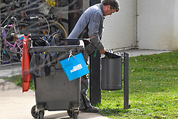 17.03.2020, Innsbruck, AUT, Coronavirus in Österreich, tägliches Leben in der Coronavirus Krise, im Bild Menschen entsorgen ihren Müll // People dispose of their waste. The Austrian government is pursuing aggressive measures in an effort to slow the ongoing spread of the coronavirus Innsbruck, Austria on 2020/03/17. EXPA Pictures © 2020, PhotoCredit: EXPA/ Erich Spiess