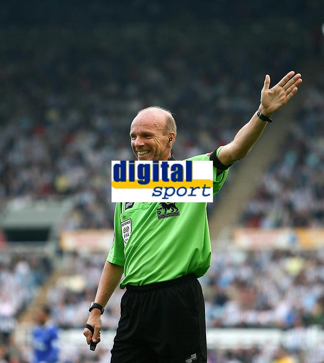 Photo: Andrew Unwin.<br /> Newcastle United v Everton. The Barclays Premiership. 24/09/2006.<br /> The referee, Steve Bennett.