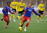 Fotball, Adecco-ligaen, 23.04.06, Tromsdalen - Moss<br /> Leo Olsen (i bakgrunnen) og Espen Minde (Tromsdalen)<br /> Foto: Tom Benjaminsen, Digitalsport