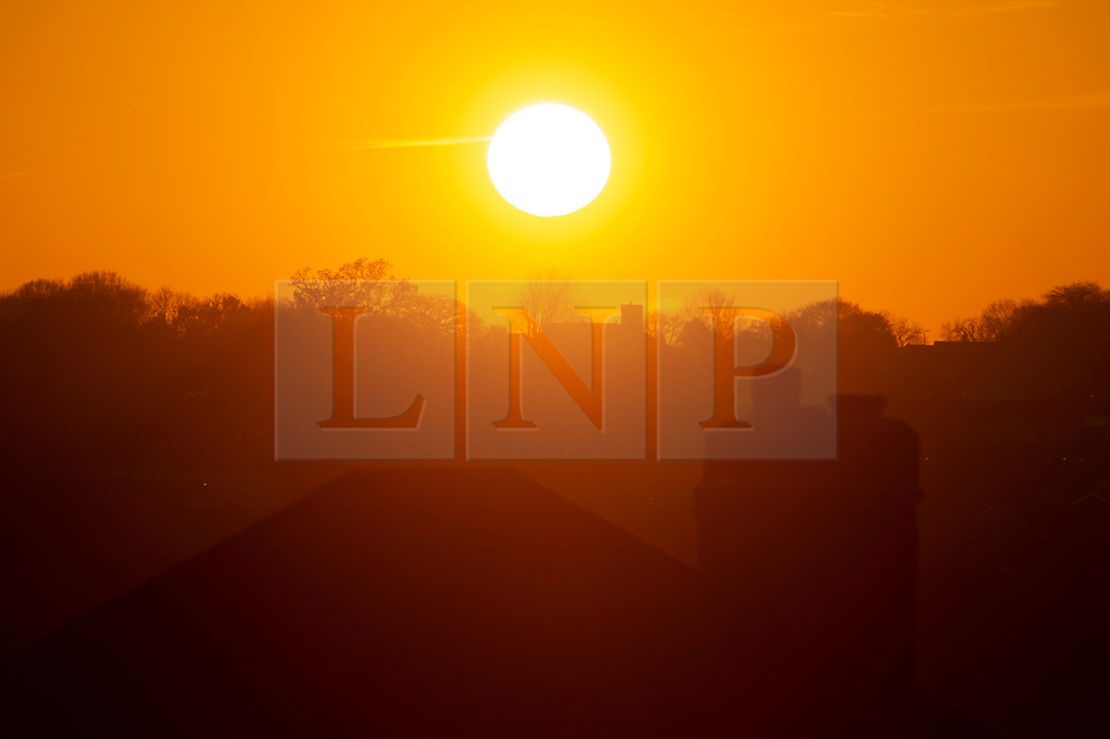 ©Licensed to London News Pictures 21/01/2020<br /> Orpington, UK. A winter sun sets on the horizon in South East London this evening after a cold and frosty start to the day. Photo credit: Grant Falvey/LNP