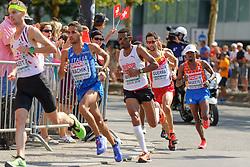 Abdi Nageeye in de kopgroep op de marathon bij het EK atletiek in Berlijn op 12-8-2018, met aan de leiding de uiteindelijke winnaar Koen Naert (BEL)
