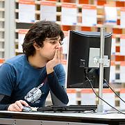 Nederland Rotterdam 26-03-2009 20090326 Foto: David Rozing ..Serie UWV, Serie UWV, allochtone man bekijkt digitale digitaal vacatures op de computer.   UWV Werkbedrijf lokatie Schiekade centrum Rotterdam, de vroegere arbeidsbureaus ( CWI UWV ) De werkloosheid in Nederland begint op te lopen. Dat blijkt uit de jongste cijfers die het Centraal Bureau voor de Statistiek (CBS) de oorzaak is de krediet crisis Holland, The Netherlands, dutch, Pays Bas, Europe,  , allochtoon, allochtone, vrouw, meid, jonge, jonge,  allochtonen, digitaal, digitale, browsen, surfen naar, online, inschrijven, inschrijving, ..Foto: David Rozingte