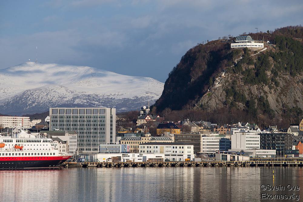 Hurtigruta Nordkapp ligger til kai på sørsiden av Ålesund. På Akslafjellet er de nye trappene til Fjellstua under oppføring.<br /> Foto: Svein Ove Ekornesvåg