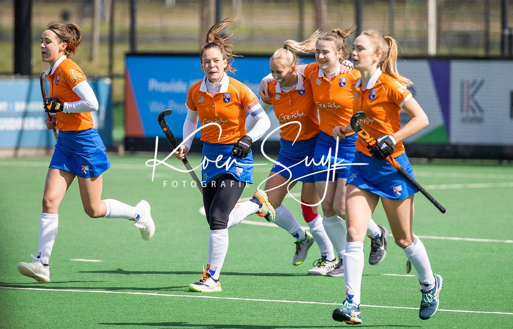 BLOEMENDAAL - Vreugde bij Bloemendaal nadat Demi Hilterman (Bldaal) heeft gescoord   tijdens de hoofdklasse hockeywedstrijd dames , Bloemendaal-Laren (5-1).  midden Sanne Caarls (Bldaal) . COPYRIGHT KOEN SUYK